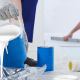 Farbstabilität eines Anstrichs: Maler füllt Farbe um