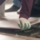 Arbeiter verlegt Fußboden auf einer Baustelle