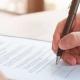 Person unterschreibt Arbeitsvertrag